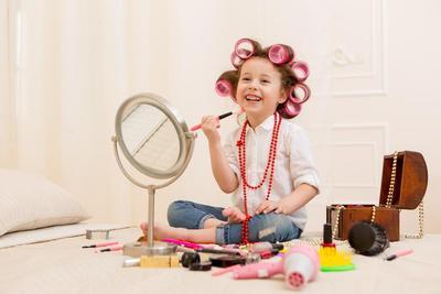Jangan Salah Pilih Ya Moms, Ini Lho Brand Makeup yang Aman untuk Anak
