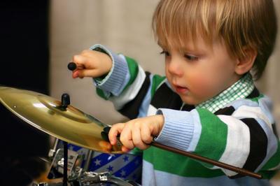 1. Bermain Drum