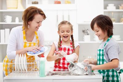 5) Minta Anak untuk Membantu Pekerjaan Rumah