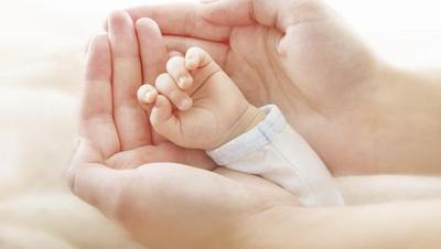 1. Tenang dan Percaya Diri Sebelum Menggendong Bayi