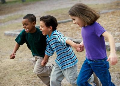 4) Beritahu Anak untuk Selalu Pergi Bersama Teman-temannya