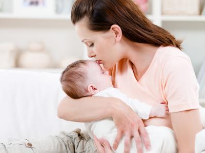 Duh Moms, Jangan Sampai Lakukan 4 Hal Ini Ya Saat Sedang Menggendong Bayi!