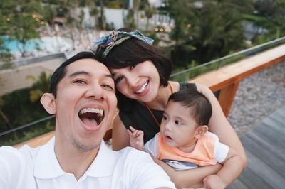 Mengasuh Anak Tanpa Babysitter? Contek Dulu Gaya Andien Ini Moms