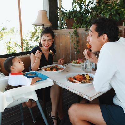 6) Mengajarkan Kebiasaan Makan Bersama dan Mandiri