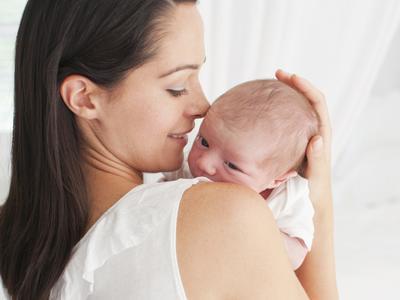 Enggak Boleh Sembarangan, Begini Cara Merawat Bayi Baru Lahir yang Benar Moms