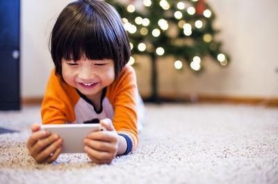 Jangan Sampai Salah Moms! Ini Waktu yang Tepat Mengenalkan Gadget Pada Anak