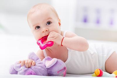 Bayi Demam Karena Tumbuh Gigi? Jangan Khawatir! Redakan dengan Cara Ini Ya