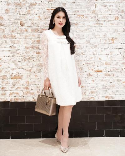 Inspirasi Fashion Saat Hamil Ala Sandra Dewi