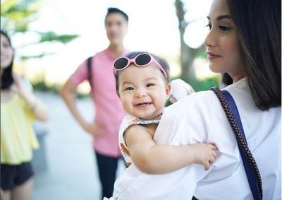 Menyanyikan Lagu untuk Bayi Bisa Merangsangnya untuk Berbicara Lho, Moms!