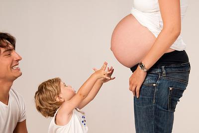 Apakah Aman Menggendong Anak saat Hamil?