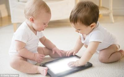 3. Hobi Main Gadget dan Menonton TV Sejak Bayi