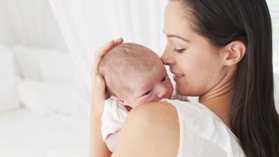 2) Belajar menggendong bayi yang benar