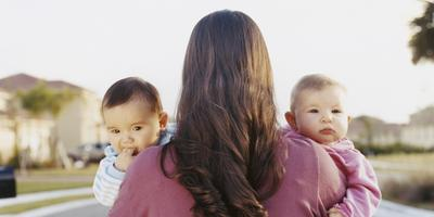 Ingin Lebih Mudah Merawat Bayi Kembar? Kamu Wajib Menerapkan 5 Cara Ini!
