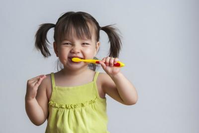 Buatlah Nyanyian Khusus Saat Si Kecil Menyikat Gigi