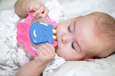 Sebenarnya Perlukah Bayi Menggunakan Teether? Hmm, Simak Dulu Ulasan Berikut!