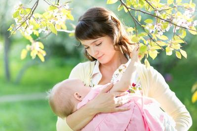 Jangan Sembarangan Moms! Ini Cara Menggendong Bayi Baru Lahir dengan Posisi yang Benar