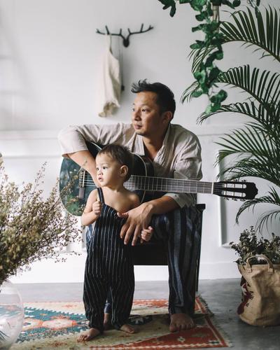 Like Father Like Son! Ini Gaya Fashion Bjorka yang Kembaran Sama Bapaknya, Lucu Banget!