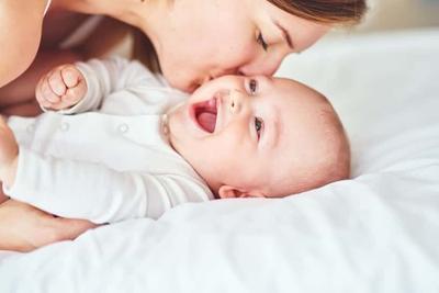 Ini Dia Aktivitas Bayi Baru Lahir yang Sangat Menggemaskan, Moms Harus Tahu!