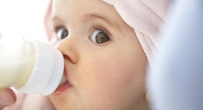 Jangan Sampai Si Kecil Sakit, Ini 4 Tips Memilih Botol Susu yang Aman