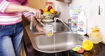 Agar Terhindar dari Penyakit! Lakukan Cara Mensterilkan Perlengkapan Makan dan Minum Bayi Ini