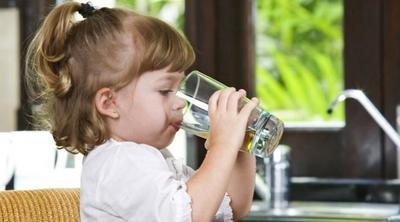 Pastikan Anak Rutin Minum Air Putih Secara Teratur