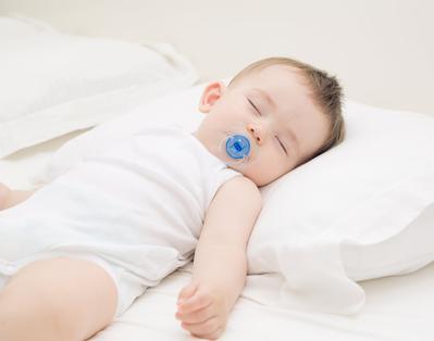 Moms, Ternyata Menidurkan Bayi dengan Bantal Punya Resiko Berbahaya, Lho!