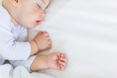 Nah, Ini Dia Saat Yang Tepat Untuk Menidurkan Bayi Dengan Bantal!