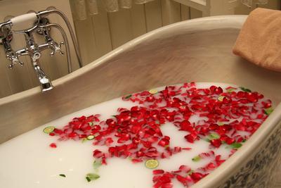Persiapkan peralatan untuk melahirkan secara lotus birth, jika itu dilakukan di rumah