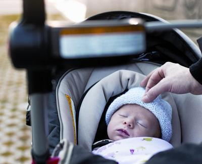 1. Bayi Dibawa Jalan-Jalan Pertama Kali saat Usianya Di Atas 40 Hari