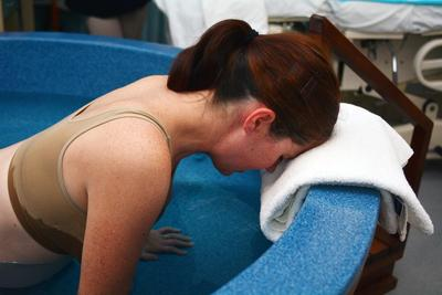 Wajib Tahu, Ini Dia Risiko Melahirkan Di Air Yang Harus Kamu Antisipasi