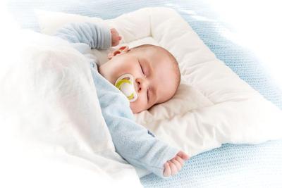 Ngeri! Ini Dia 5 Risiko Bayi Tidur Menggunakan Bantal!