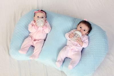 Tak Perlu Stres Merawat Bayi Kembar, Ikuti Tips Ini Yuk, Moms?