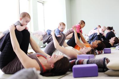 Nah, Ini Dia Gerakan Yoga Untuk Bayi Usia 6 Bulan