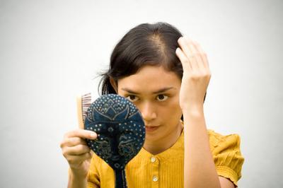 Tips Perawatan Rambut Rontok Pasca Melahirkan, Ketahui Penyebabnya Juga Yuk!