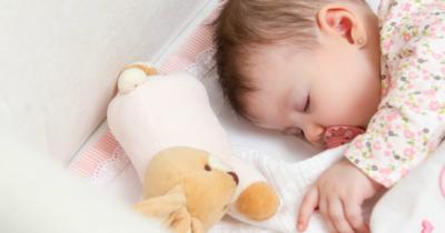 4. Jangan Lupa Bawa Mainan dan Selimut Bayi