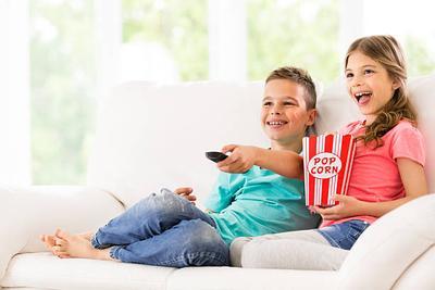 Kapan Waktu Yang Tepat Mengenalkan TV Ke Anak?