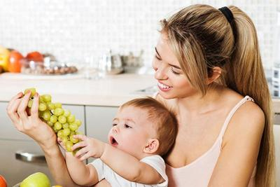 #1 Saat bayi meraih makanan kamu, maka ia siap untuk MPASI!