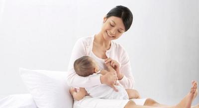 Ajak bicara bayi saat menyusui membuat baby pintar!