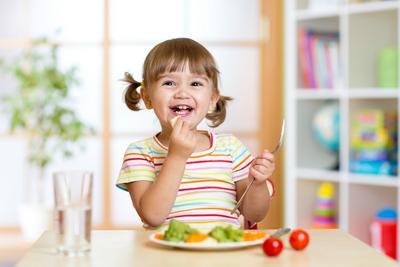Moms, Ini Dia Rahasia Mengatasi Balita Yang Suka Mengemut Makanan
