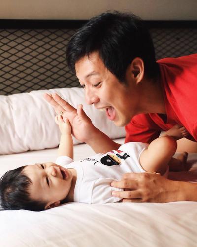 Duh, Gemasnya! Ini Dia Foto-Foto Kedekatan Junior Liem Dengan Anaknya, Iori