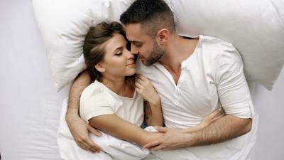 4. Berpelukan dengan Pasangan