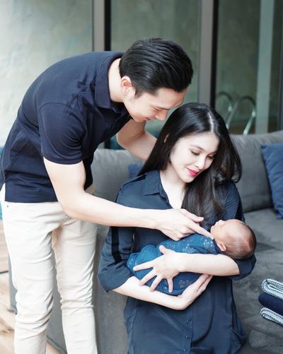 Duh, Gemasnya! Ini Dia Foto-Foto Anak Sandra Dewi Sejak Kelahirannya