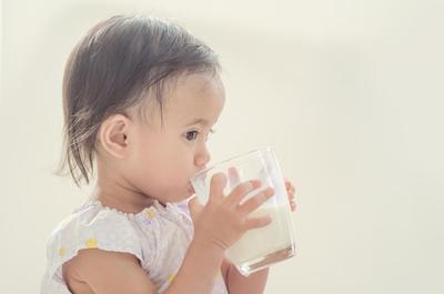 Bagaimana mengajari anak minum sendiri dengan gelas?