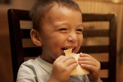 4 Makanan yang Baik Dikonsumsi Anak Agar Gigi Tetap Kuat