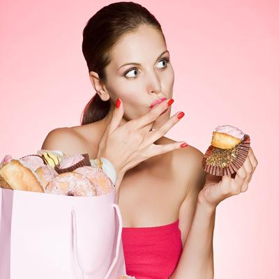 Nggak Nyangka, 4 Jenis Makanan Ini Wajib Banget Moms Hindari Selama Menstruasi, Lho!