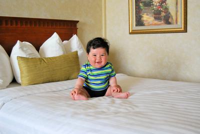 Begini Tips Memilih Kamar Hotel Saat Moms Sedang Traveling Membawa Bayi