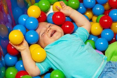 Penting! Ini Bahaya yang Mengancam Anak Saat Main Mandi Bola