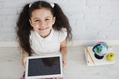 4 'Peraturan' Penting yang Harus Moms Buat Saat Si Kecil Nonton YouTube