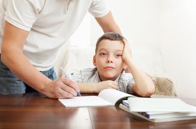 Moms, Lakukan Ini Agar Si Kecil Paham Mengenai Pentingnya PR dari Sekolah