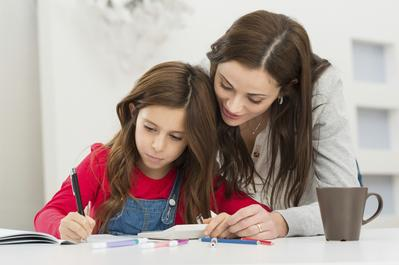 Yuk, Pahami Batasan Orang Tua dalam Membantu Mengerjakan PR Sekolah Anak